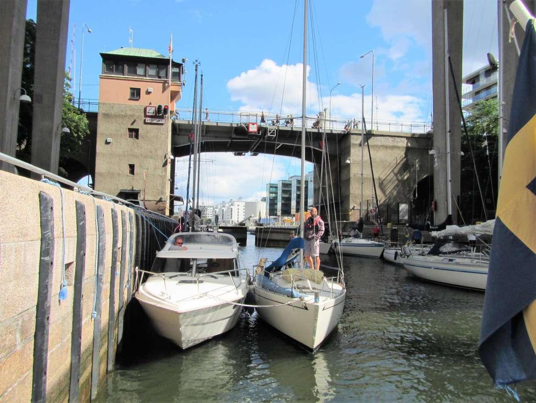 Visiter Stockholm en bateau c'est passer par une écluse