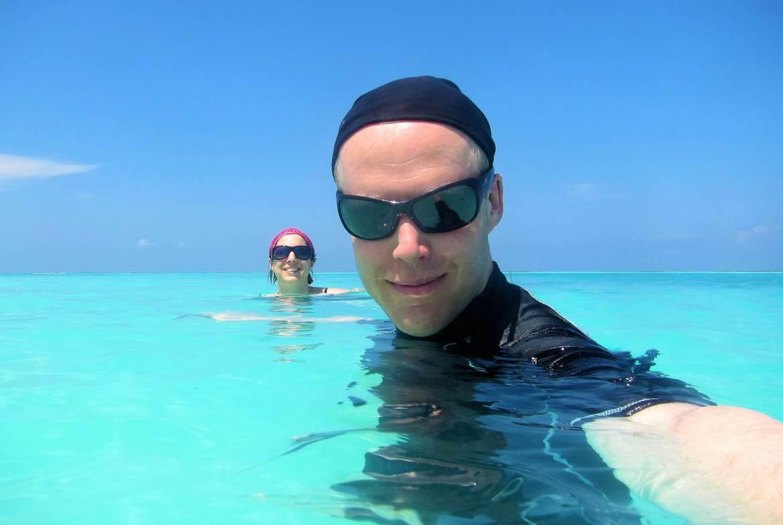 On se baigne dans le lagon d'une île des Maldives
