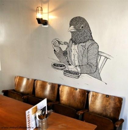 Fresque du corbeau de Oko au Blackbird Café à Lausanne