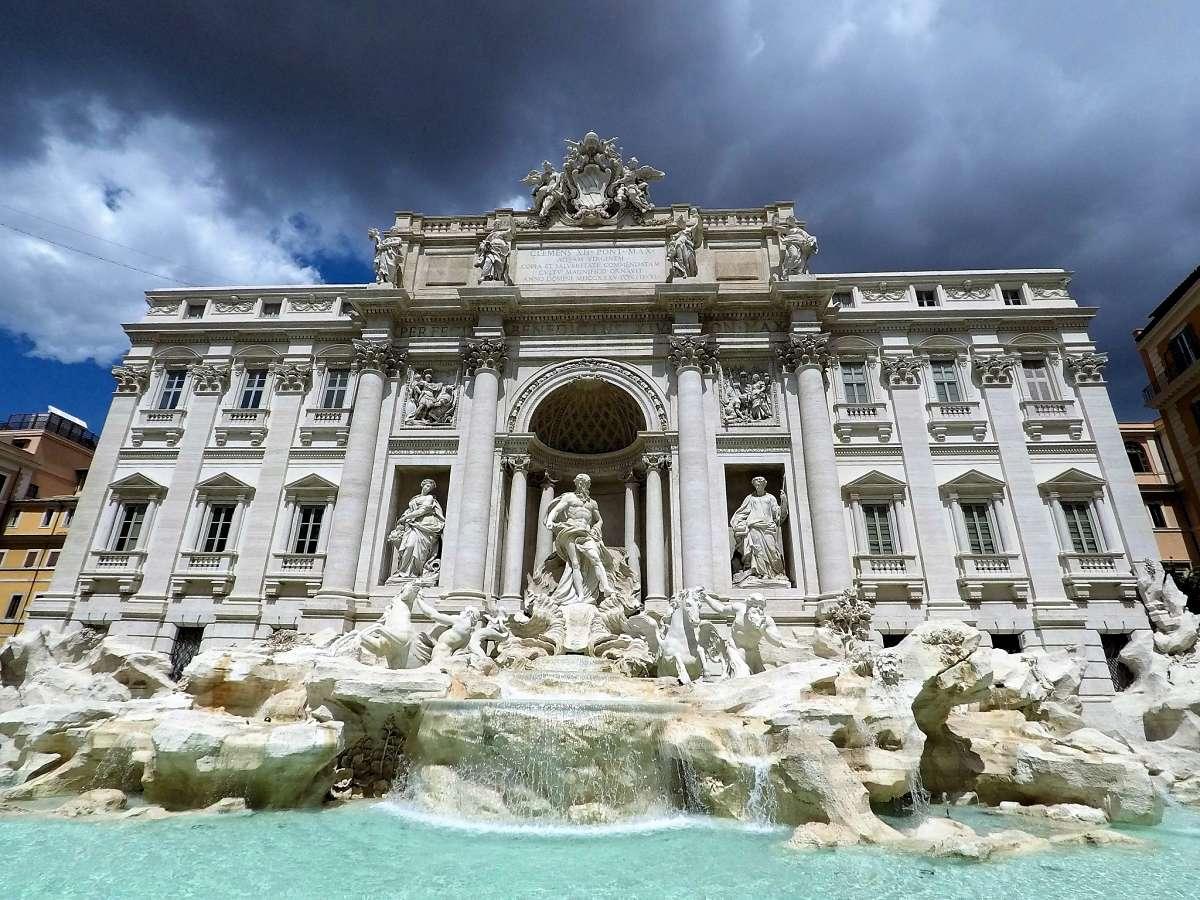 Week End Romantique à Rome Devant La Fontaine De Trevi
