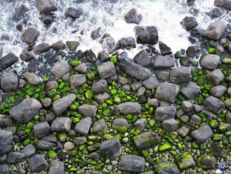 Péninsule de Trotternish plage avec des cailloux verts Ile de Skye en Ecosse