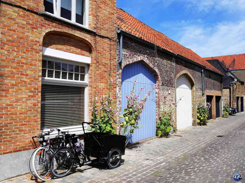 Déambuler dans les petites rues en visitant Bruges