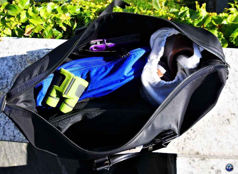 Organiser ses vêtements dans un sac de voyage pour monsieur