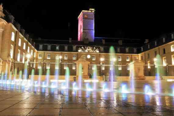 Place de la Libération et le Palais des Ducs de nuit à Dijon