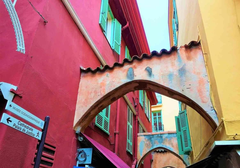 Ruelles colorées de la vieille ville de monaco sur le Rocher