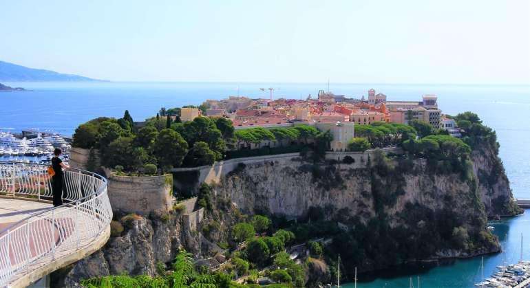 Vue sur le Rocher depuis le Jardin exotique de Monaco