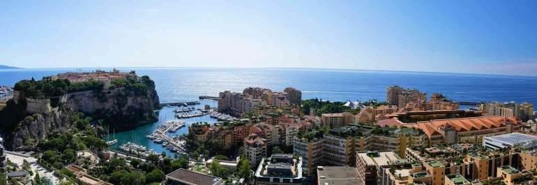 Vue sur le rocher et fontvieille depuis le jardin exotique de Monaco