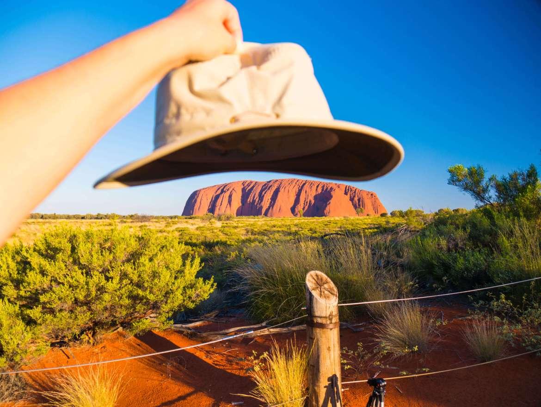 Vue sur Uluru en fin de journée et notre chapeau