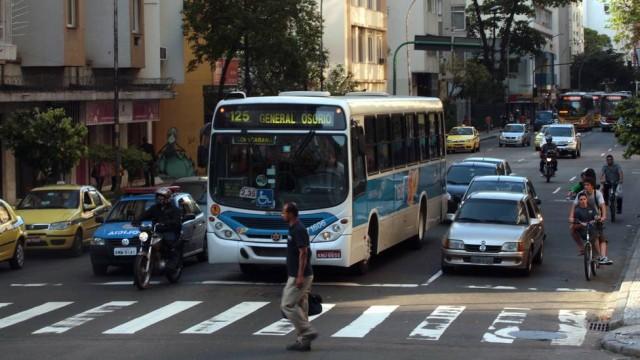 pedestre-tem-a-obrigacao-de-atravessar-na-faixa