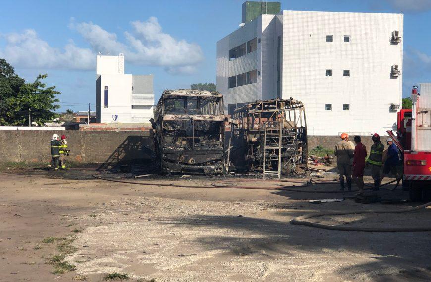 Dois ônibus pegam fogo durante serviço de manutenção no Valentina Figueiredo