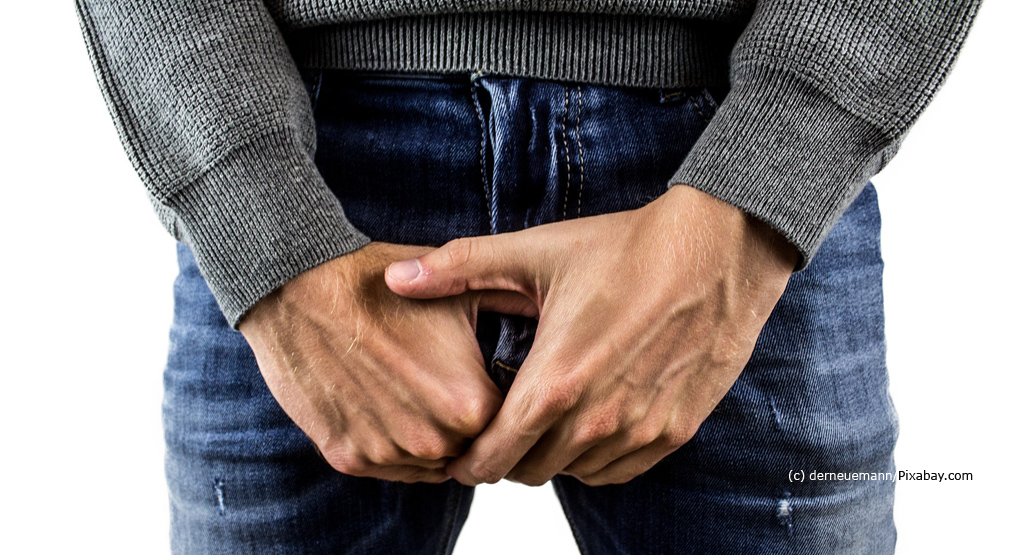 """Prostate Help Germany: Illustration picture - man in jeans holds hands in front of the abdomen. """"Width ="""" 300 """"height ="""" 163"""