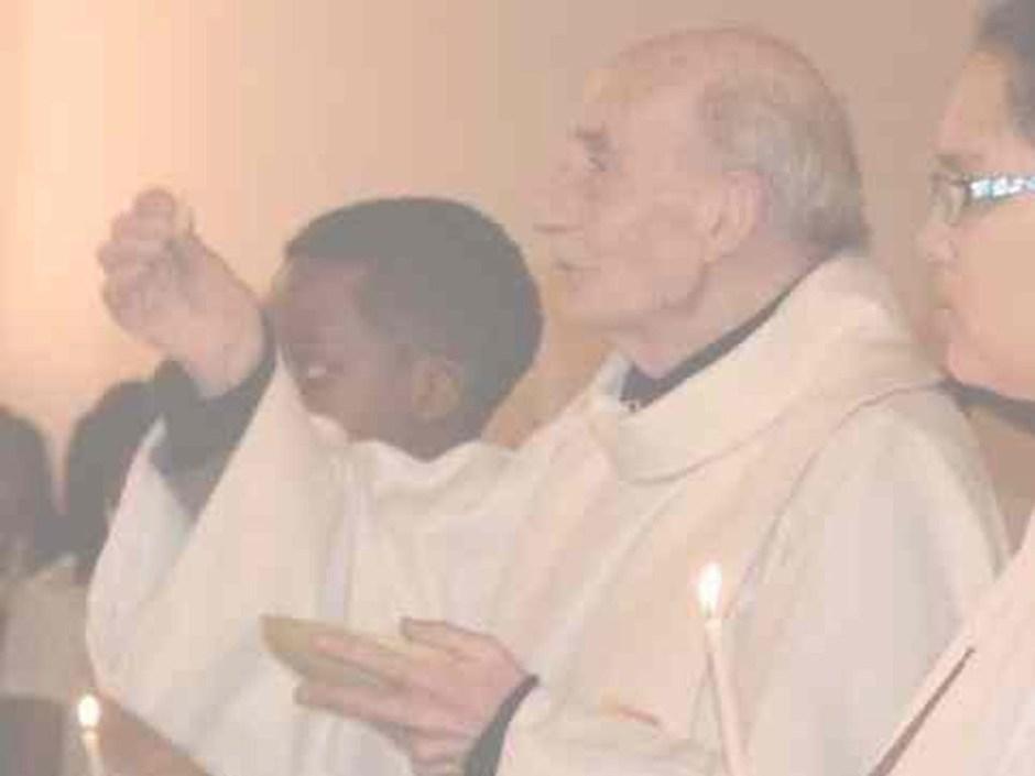 Jaques Hamel dando la comunión a los 86 años clara