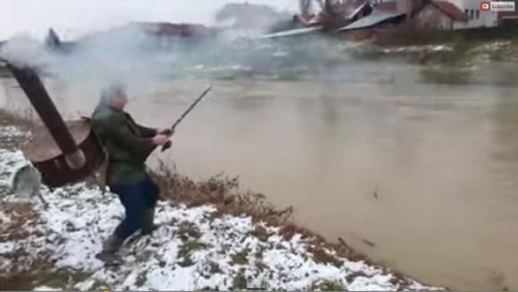 セルビアのおっさん、寒い日にストーブを背負って釣りをする