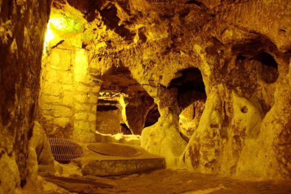 自宅を壁ドンしたら、地下から5000年前の超巨大都市が現れる!!