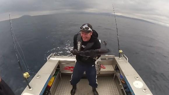 マグロ釣り上げ、マグロとセルフィーをしようとしたらおっさんにバイブ機能が備わる。