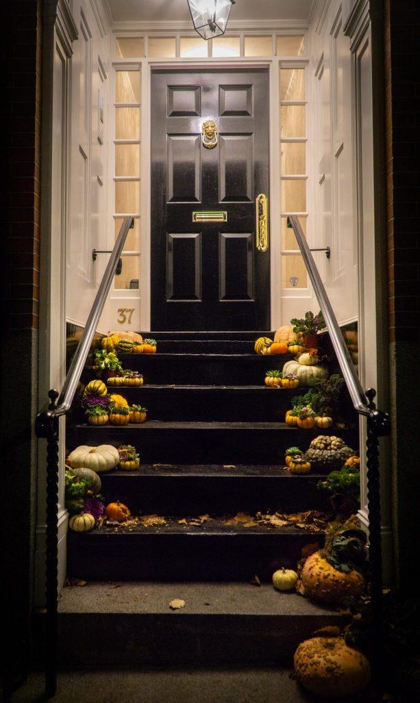 Une porte de Beacon Hill à Boston, avec ses décorations pour Halloween