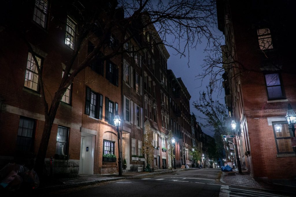 Une rue de Beacon Hill à Boston, la nuit