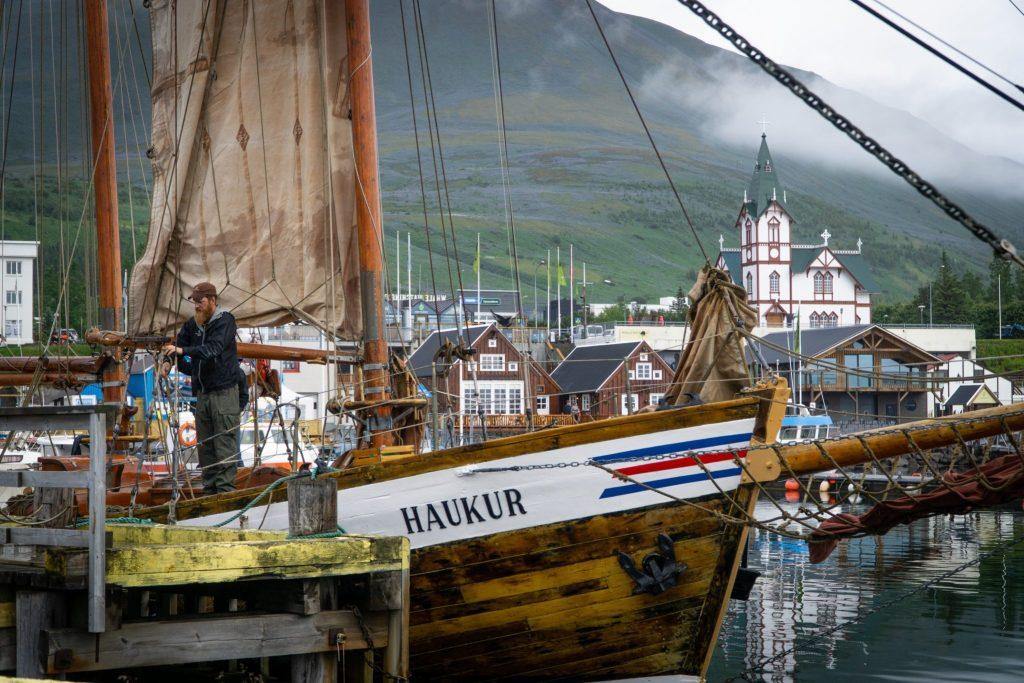 Un voilier dans le port d'Husavik en Islande