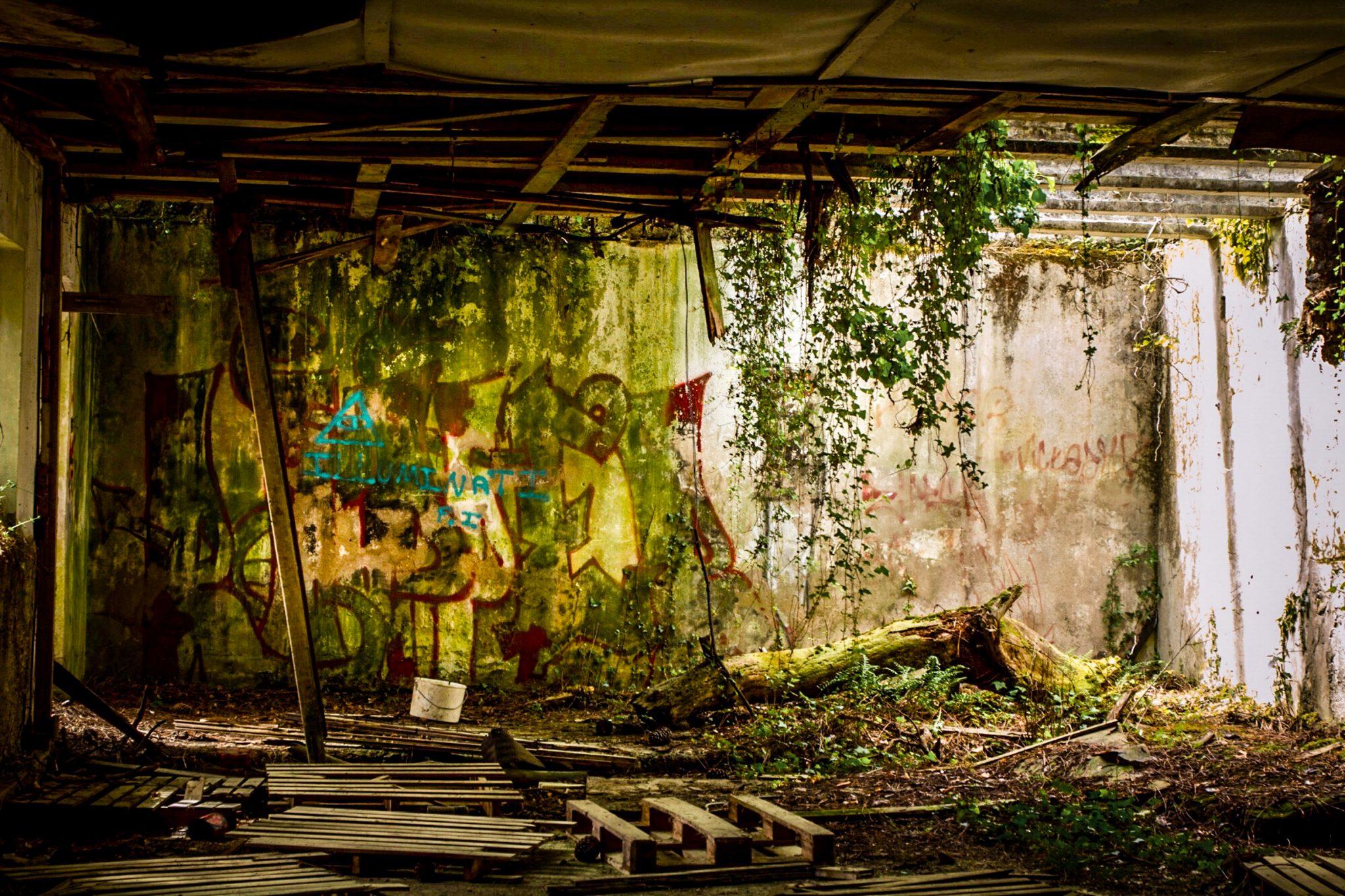 Un bâtiment abandonné de la batterie Karola