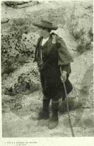 """Serra da Estrela 1900/1902. O pastor traz """"uma manta de capuz, a sacola, os safões de pele de ovelhã, as polainas, a ferrada para o leite e o inseparável cajado"""". Fotógrafo: Emílio Biel."""