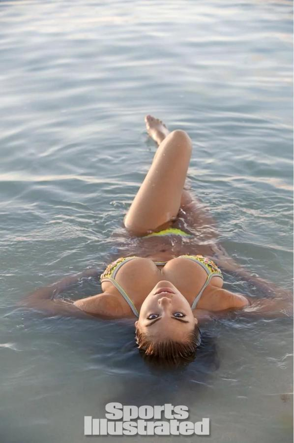 26. Кейт Аптон была сфотографирована Джеймсом Макари на Островах Кука.