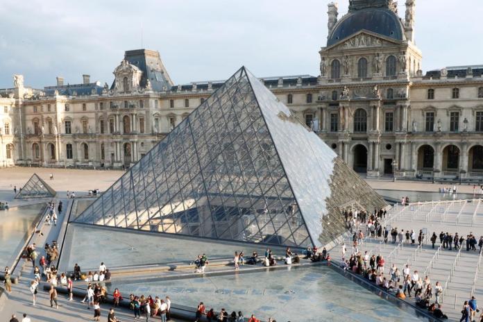 Лувр закрывается из-за коронавирусных страхов