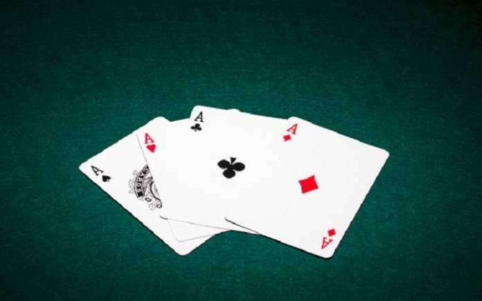Zašto su kartaške igre toliko popularne? - playing cards - karte na zelenoj pozadini -  četiri asa
