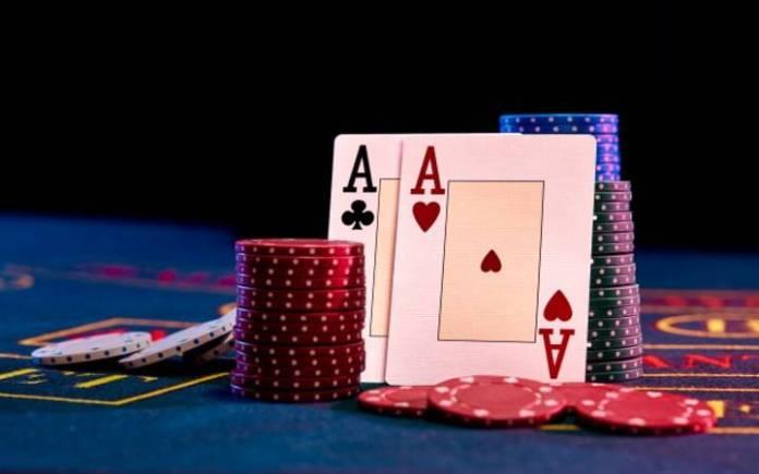 Poker-as-novčići-pokeraški sto