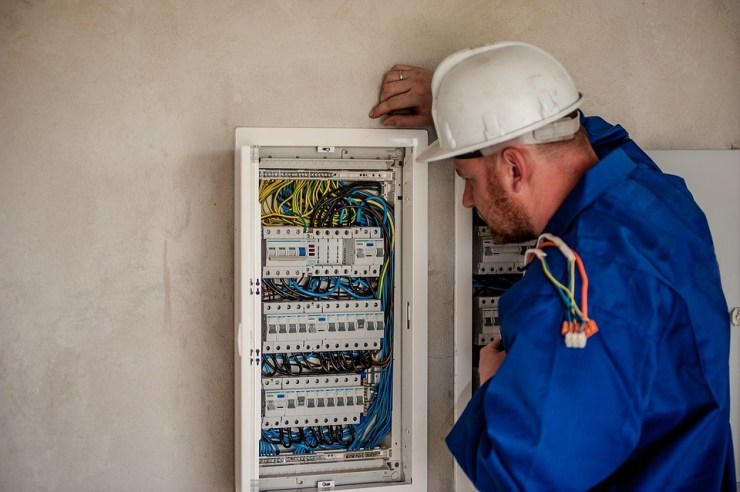 How to Choose the Right Industrial Electrician Contractor 1