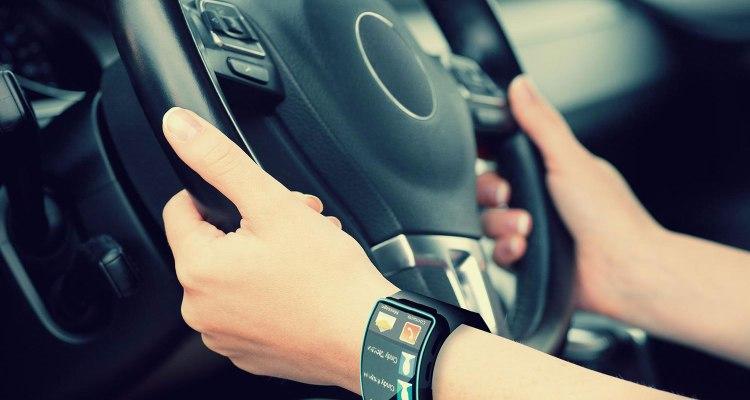 smartwatch-nutzung-im-Auto