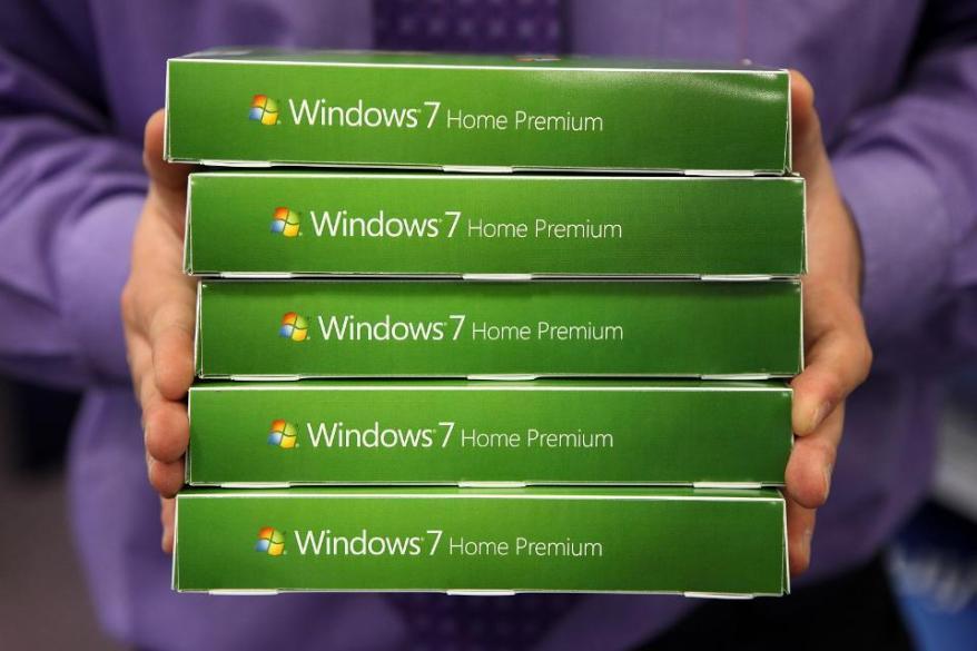 Computer Stores Prepare For Release Of Microsoft Windows 7