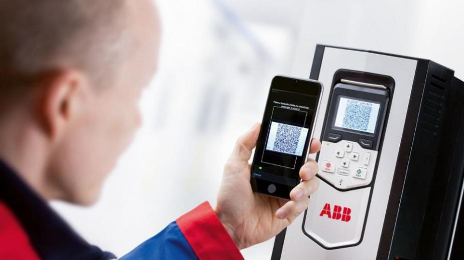 By scanning the QR code of this ACS880 drive, this field tech¬nician gains instant access to a wealth of data.