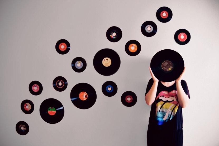 https://i0.wp.com/onlinemarketingscoops.com/wp-content/uploads/2021/06/Vinyl_Vesna_Tiricovska.jpg?resize=830%2C556&ssl=1