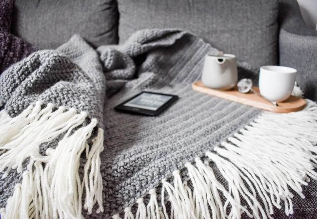 Free crochet pattern for a grey throw with cream tassels