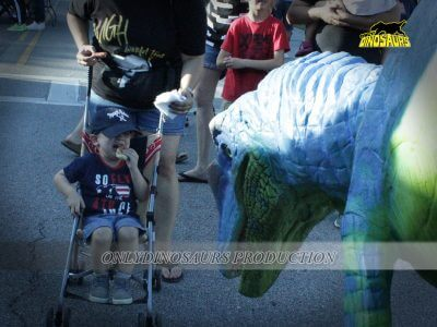 Velociraptor Costume Scared a Boy 400x300 1