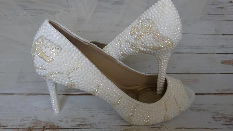 12-Useful-Wedding-Tips-On-How-To-Plan-A-Dinosaur-Wedding-dinosaur-heels