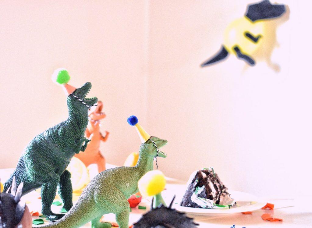 volcano-cake-dinosaurs-at-a-birthday-party