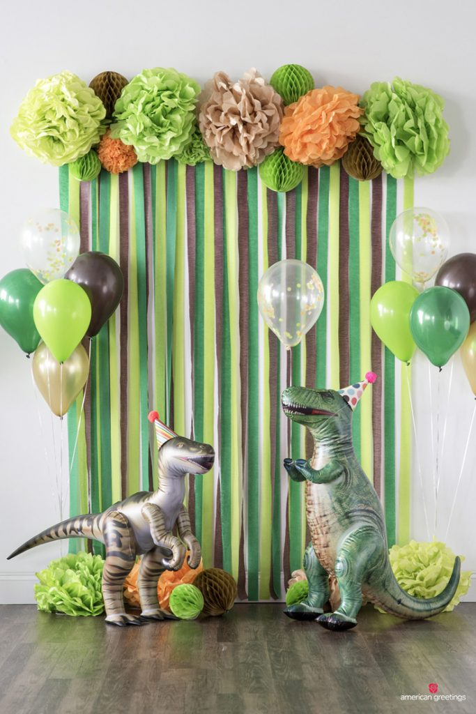 Dinosaur-party-DIY-Photo-Wall-with-Balloon-Props