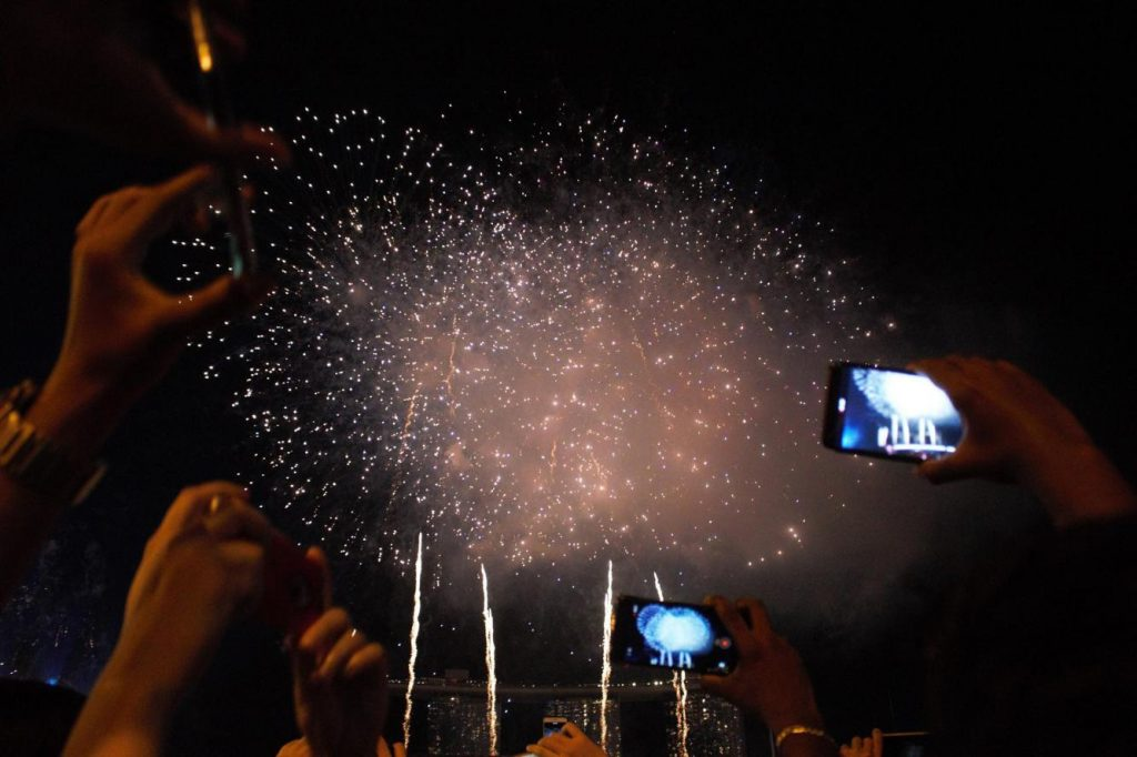 new-year's-eve-celebration-crowds-taking-videos-of-the-fireworks-from-Marina-Bay