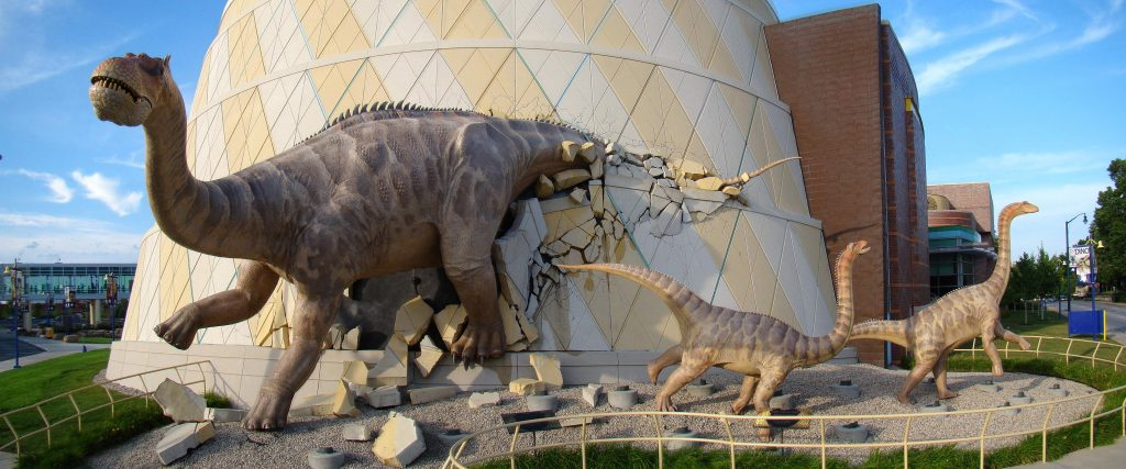 10-16-Best-Dinosaur-Exhibits-in-America-2021Brontosaurus_at_TCMI_by_Volkan_-1