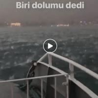 Уште едно ЗАСТРАШУВАЧКО видео од невремето во Истанбул, снимано на море