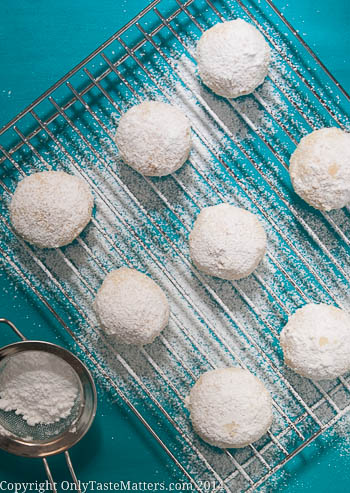 #Glutenfree Kourabiedes. Celebrate #Christmas with these tradintional Greek #Cookies! #glutenfreebaking