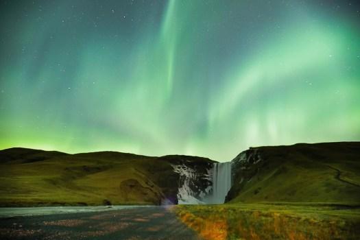 Aurores boréales Skogafoss cascade Islande