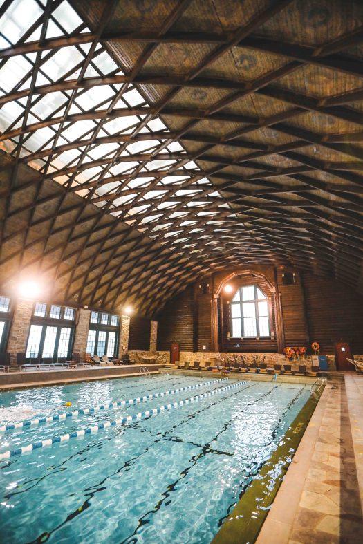 La piscine couverte du château de Montebello au Québec