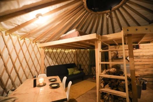 L'intérieur de la yourte dans l'hébergement Borefuge au Québec