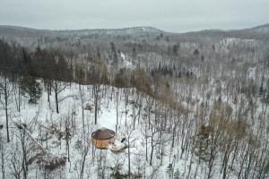 Yourte au milieu de la nature dans l'Outaouais au Québec en hiver