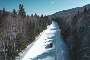 Sur la route lors d'un road-trip au Québec en hiver