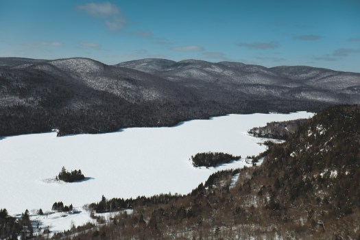 Vue sur le lac Monroe dans le parc national du Mont Tremblant au Québec en hiver