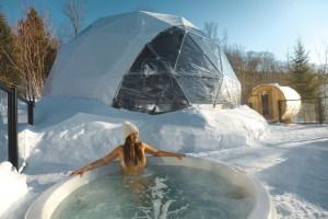 Spa sous la neige près d'un dôme au Québec en hiver