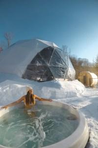 Spa sous la neige près d'un dôme au Québec l'hiver